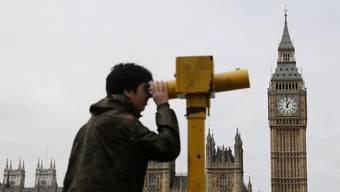Auch der Blick durchs Teleskop hilft wenig: Welche Parteien nach den Wahlen in Grossbritannien regieren, ist völlig offen.