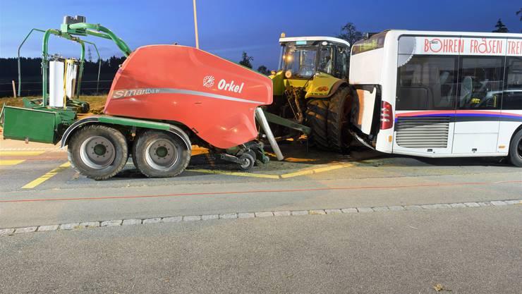 Ein Traktor mit angehängter Ballenpresse ist am Mittwochabend gegen 17.30 Uhr ins Heck eines Busse geprallt, der an einer Bushaltestelle im luzernischen Pfaffnau anhielt.