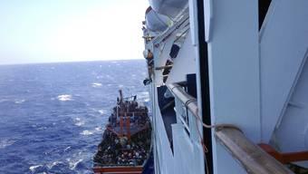 Das Kreuzfahrtschiff rettet etwa 280 Flüchtlinge, die auf einem Flüchtlingsboot in Schwierigkeiten gerieten.