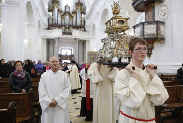 Ministranten beim festlichen Einzug zum Feiergottesdienst – mit dem «Heltum» (Reliquienschrein), das die Köpfe von St. Urs und St. Viktor enthalten soll