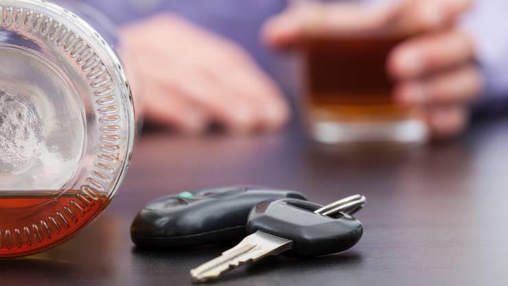 Ein alkoholisierter Autofahrer war in einem Verkehrsunfall verwickelt und fährt weiter ohne sich um die Schadensregulierung zu kümmern. (Symbolbild)