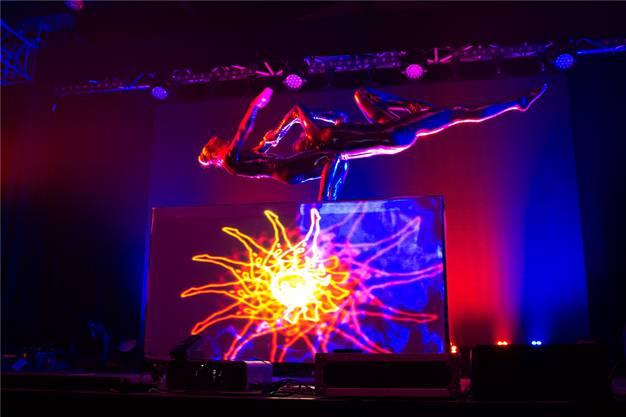 Coloro begeisterte mit atemberaubender Akrobatik, aber auch mit spannender Jonglage mit leuchtenden Bällen.