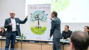 Manfred Dubach (Geschäftsführer Lehrerverband) und Daniel Hotz (Vizepräsident) mit dem Plakat, das auf den akuten Lehrermangel aufmerksam machen soll.