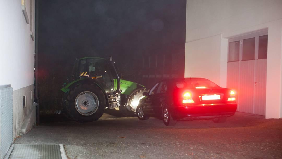 Bettwiler blockieren Regierungsrätin Susanne Hochuli mit Traktor