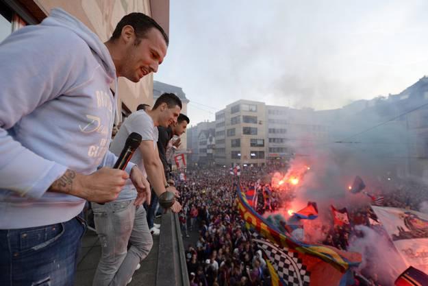 Die Spieler geniessen den Moment auf dem Balkon. Marco Streller heizt die Fans an.