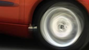 Mit 249 km/h ist ein 34-jähriger Deutscher aus dem Kanton Basel auf der Autobahn A7 bei Frauenfeld erwischt worden. Er wurde verhaftet und sein Fahrzeug sichergestellt (Archivbild).