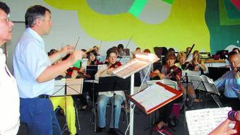 Konzentriertes Proben: Hermann Gehrig «liefert» mit dem Orchester die Musik für Vokalisten und Tanzgruppe.