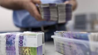 Bündel von Tausender-Noten in einer Bank. Der Aargau erhält eine halbe Milliarde von den Geberkantonen.