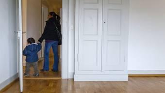 Frau und Kind auf Wohnungsbesichtigung