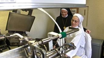 Schwester Cäcilia Abegg (r.) und Äbtissin Angelika Streule an der Backmaschine. Cleto Cudini Schwester Cäcilia Abegg (r.) und Äbtissin Angelika Streule an der Backmaschine. Cleto Cudini