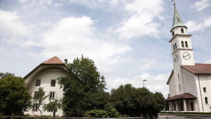 Das Bauernhaus wird abgebrochen und die geplanten Neubauten müssen Rücksicht auf das Erscheinungsbild der Kirche mit ihrem Turm nehmen.