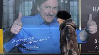 Depardieu als Werbefigur auf einem russischen Bus - offenbar intensiv mit Photoshop bearbeitet (Archiv)