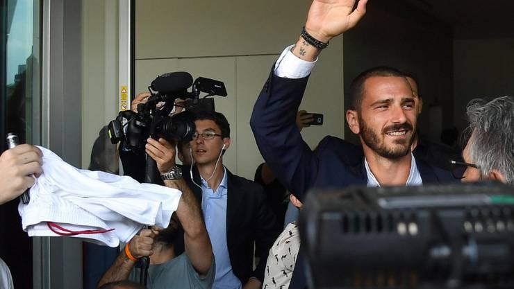 Leonardo Bonucci lässt sich bei der Ankunft in Mailand feiern