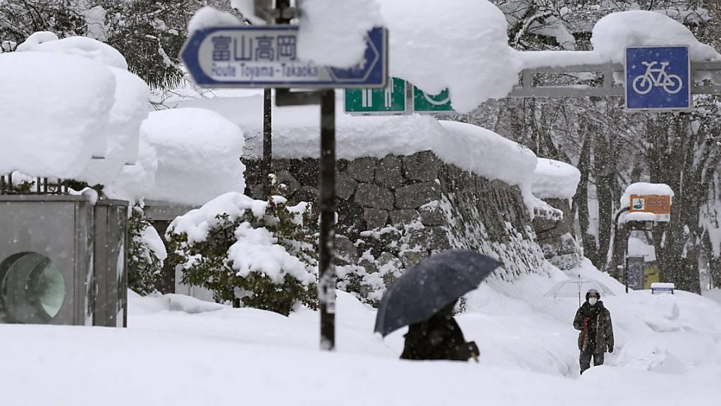 Der Schnee türmt sich in Japan derzeit meterhoch auf.
