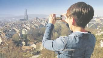 Per Smartphone eine individuell gestaltete Postkarte versenden – mit der App der Schweizerischen Post geht das sogar kostenlos.
