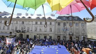 In Polen haben Tausende Menschen gegen die Justizreform der Regierung protestiert, die einen Streit mit der Europäischen Union ausgelöst hat.