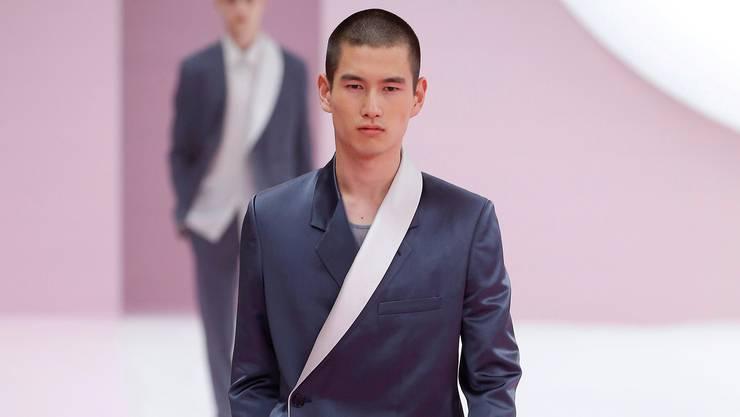 Schick und blau: ein Anzug von Dior Homme an der diesjährigen Pariser Modewoche.
