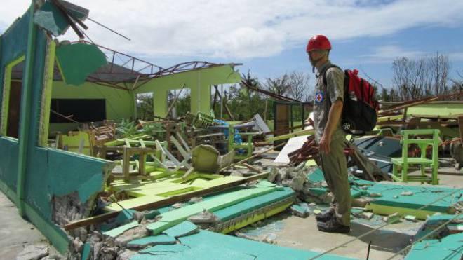 Thomas Büeler vor der zerstörten Schule auf der Insel Bantayan. Foto: SRK