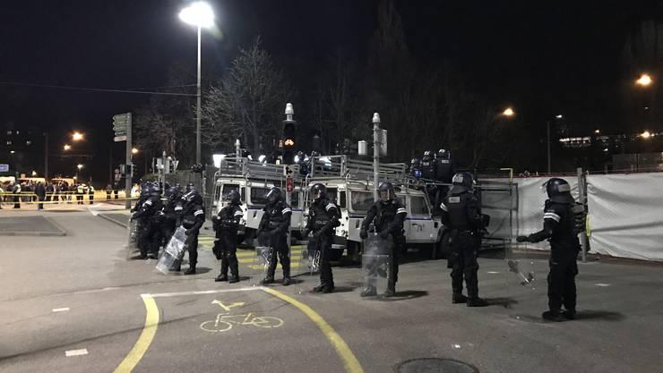 Grosses Polizeiaufgebot nach Spielende vor dem «Joggeli».