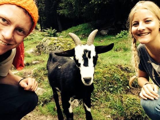 Lea Imhof, Suhr, mit Kevin Bonicalza, Othmarsingen, vor der Treschhütte, Gurtnellen, am Wandern in den Schweizer Alpen.