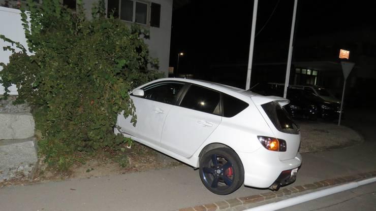 Er kollidierte mit einem Fahnenmast sowie mit einem parkierten Auto.