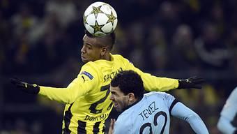 Dortmunds Santana (l.) gewinnt Kopfballduell gegen Carlos Tevez.