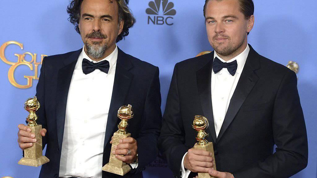 """Regisseur Alejandro González Iñárritu und Hauptdarsteller Leonardo DiCaprio am Sonntagabend mit ihren drei Globes für """"The Revenant"""". In der Deutschschweiz ist der Streifen am Wochenende souverän an der Spitze der Wochenendcharts eingestiegen."""
