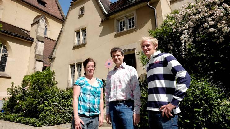 Sarah Biotti, Thierry Moosbrugger und Matthias Schmitz von den römisch-katholischen Kirchen beider Basel übergeben das Sigristhaus der Heiliggeistkirche demnächst an eine syrische Familie.