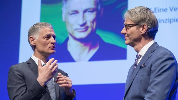 Verhandlungsexperte Matthias Schranner (links) mit Moderator Franz Fischlin im Kultur- und Kongresshaus Aarau.