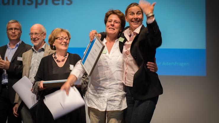 Freude herrscht: Beate Krützer (Akzenta Nova) und Kristina  Terbrüggen (Freiwilligenarbeit Suhr) vom Projekt «Lesementoring» in Suhr, das den dritten Preis (Publikumspreis) gewann. Links von den beiden Damen die Gewinner des zweiten und ersten Preises.