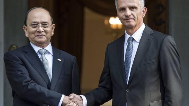 Didier Burkhalter (r.) begrüsst Thein Sein in Bern