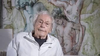 Hans Erni liebt es, zu zeichnen – hier in seinem Luzerner Atelier. Foto: MATHIAS MARX