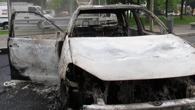 Die Krawallmacher steckten zahlreiche Fahrzeuge in Brand