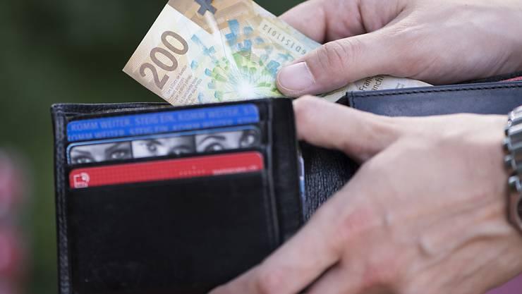 Die Schweizerinnen und Schweizer sind zufrieden mit ihrer finanziellen Situation. Fast 30 Prozent rechnen im neuen Jahr mit einer Verbesserung. (Symbolbild)