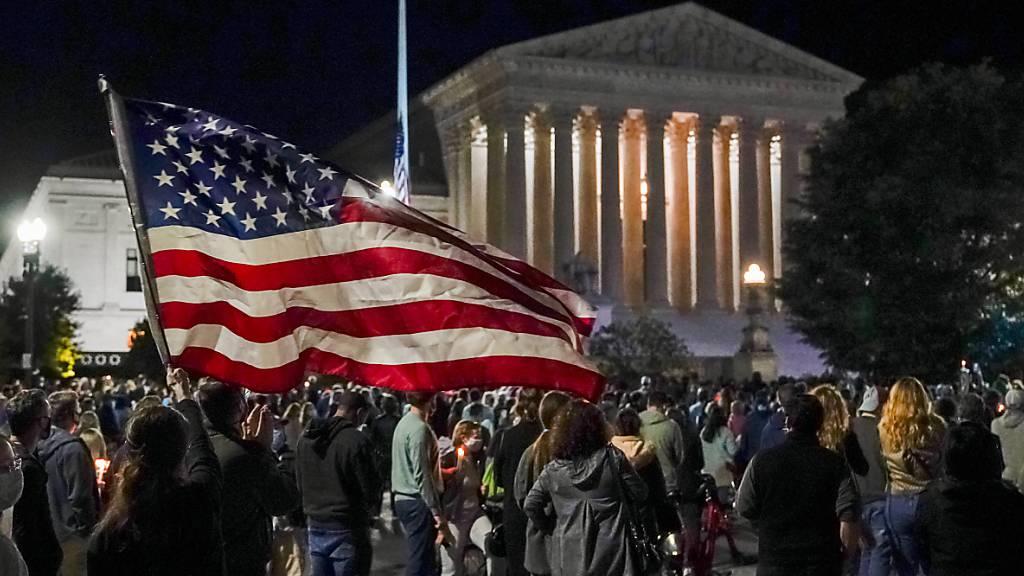 Menschen versammeln sich vor dem Obersten Gerichtshof der USA, um ihren Respekt gegenüber der verstorbenen Richterin Ruth Bader Ginsburg zu zeigen. Foto: J. Scott Applewhite/AP/dpa