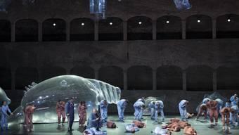 Müll oder Meeresgetier? An den Salzburger Festspielen wird Mozart in die Gegenwart geholt.  Aufnahme aus der Felsenreitschule am 22. Juli 2019.  EPA/ANDREAS SCHAAD   EDITOR