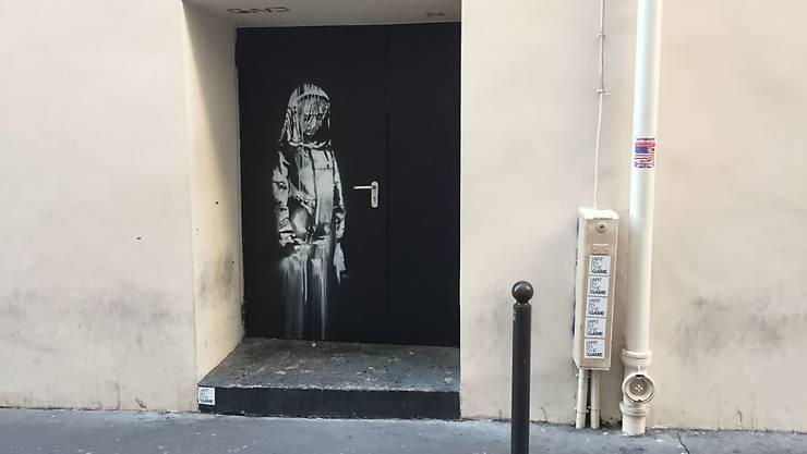 """Auf einem Nebeneingang des Pariser Musikclubs """"Bataclan"""" ist ein Wandbild zu sehen, das dem britischen Street-Art-Künstler Banksy zugeschrieben wird. Ob zu Recht, wird heiss diskutiert."""