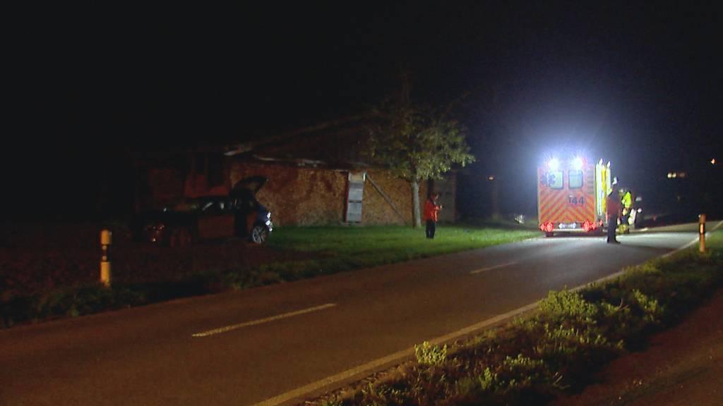 Junglenker kracht in Stein - Beifahrer verletzt