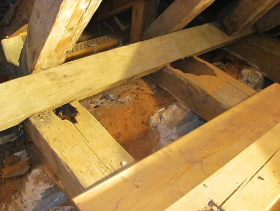 Mehr als die Hälfte der Auflagebalken sind weggefault, weshalb die Renovationteurer wird als erwartet. zVg