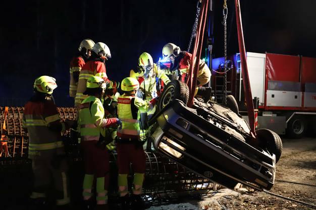 Menzingen ZG, 16. März (1): Ein Junglenker verliert die Kontrolle über sein Auto. Dieses kam von der Fahrbahn ab, wurde abgehoben, überschlug sich und blieb auf dem Dach liegen.