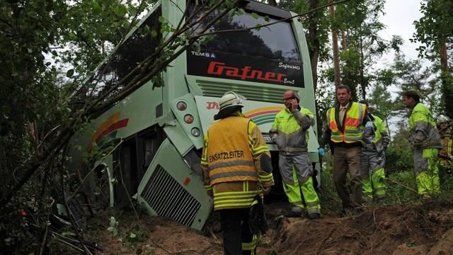 Rettunskräfte untersuchen den Unfallort