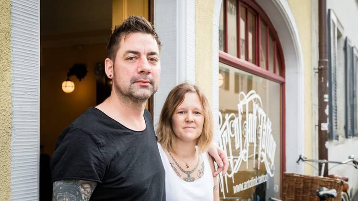 Stefan und Alexandra Wyler vor ihrem Shop in Solothurn.