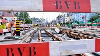 Mittlerweile ein bekanntes Bild: In Basel werden im Sommer wieder Gleise ersetzt.