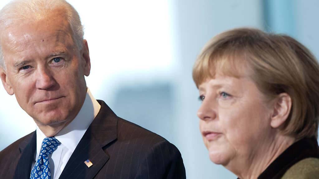 ARCHIV - Bundeskanzlerin Angela Merkel (CDU) empfängt 2013 im Kanzleramt in Berlin den damaligen US-Vizepräsidenten Joe Biden. Foto: Maurizio Gambarini/dpa
