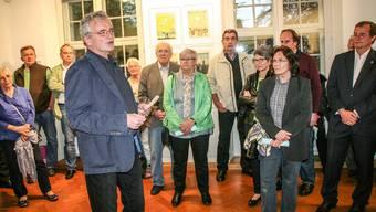 Künstler Viktor Hottinger erzählt den Vernissage-Gästen über die Motivation, sich mit der Lagunenstadt Venedig zu beschäftigen.