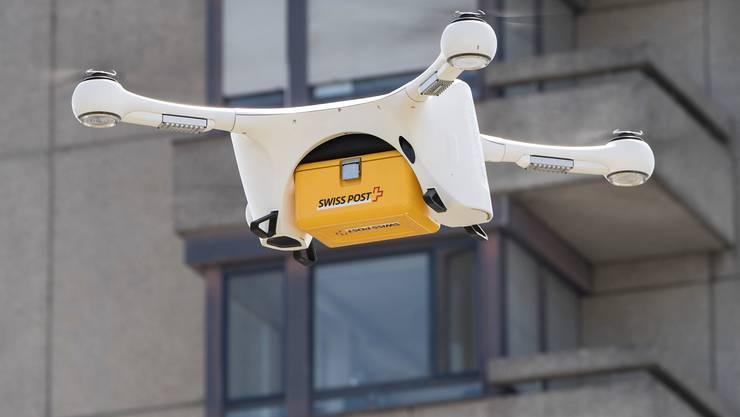 Eine Drohne vom Typ Matternet M2 kreist vor dem Inselspital in Bern.
