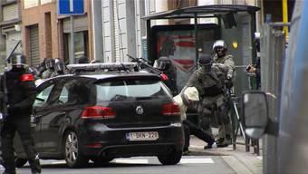 Eine lange Jagd kommt zu einem Ende: Der flüchtige Paris-Attentäter Salah Abdeslam wird in Brüssel im Quartier Molenbeek gefasst.vtm/via epa