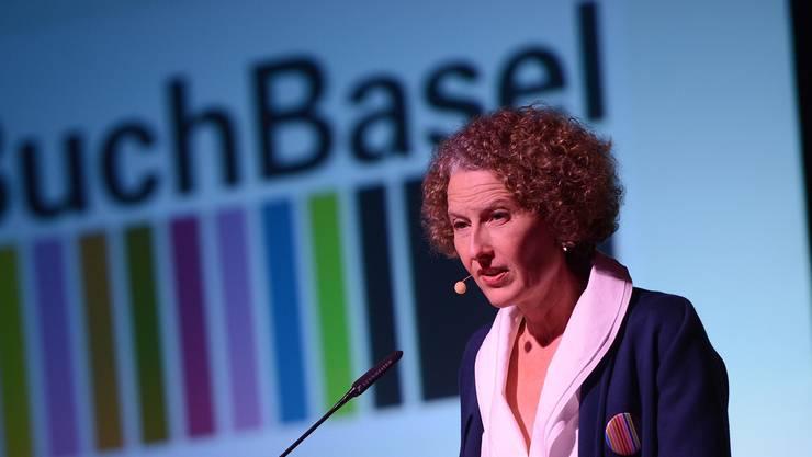 Festivalleiterin Katrin Eckert eröffnet das Literaturfestival im Volkshaus.