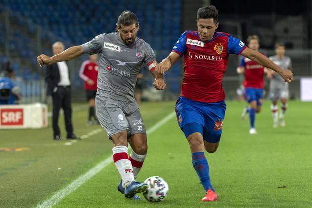 Blas Riveros, hier im Zweikampf mit Davide Callà, dürfte den FCB wohl zeitnah verlassen.