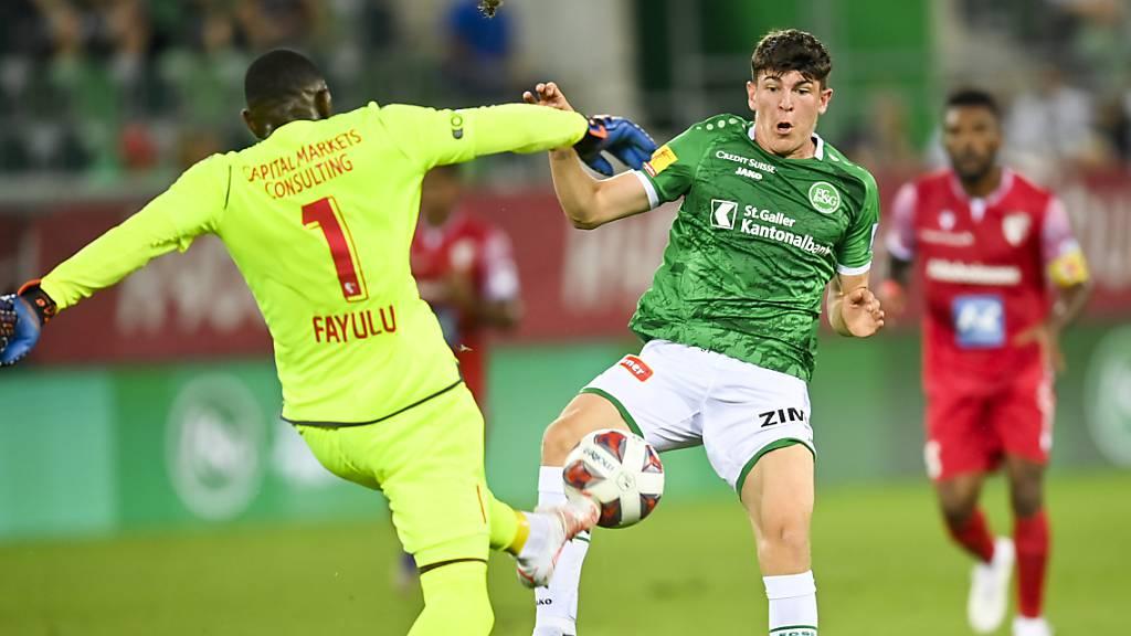 Sions Torhüter Timothy Fayulu muss in höchster Not gegen St. Gallens Stürmer Alessio Besio eingreifen